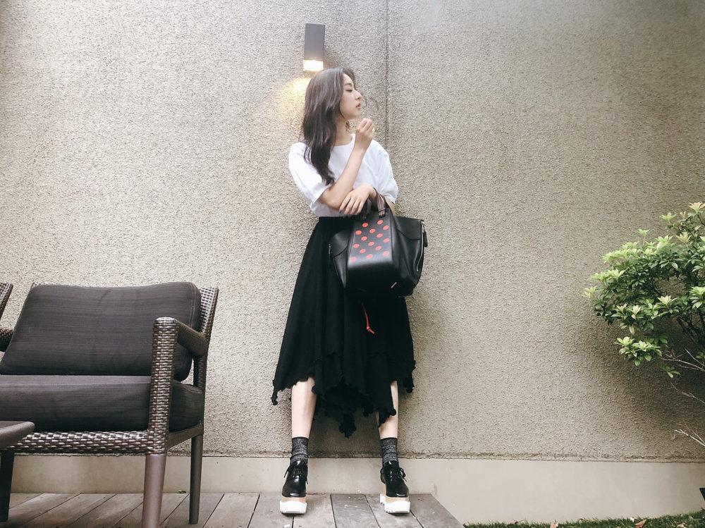 エリスシューズを着用する新木優子