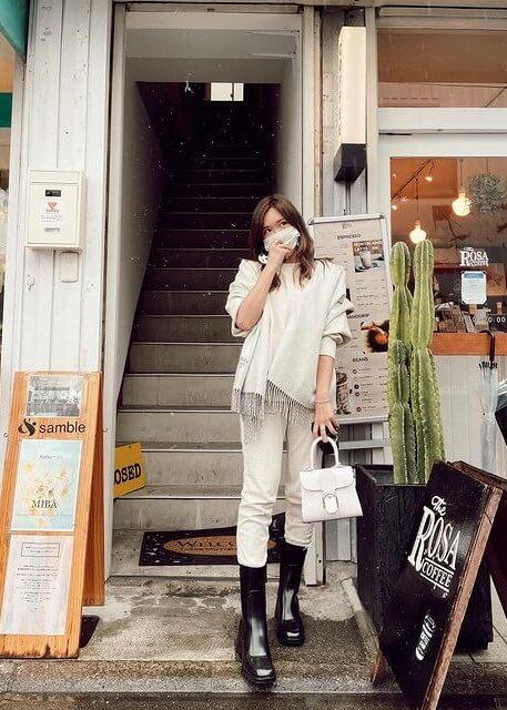 クロエレインブーツを着用する紗栄子