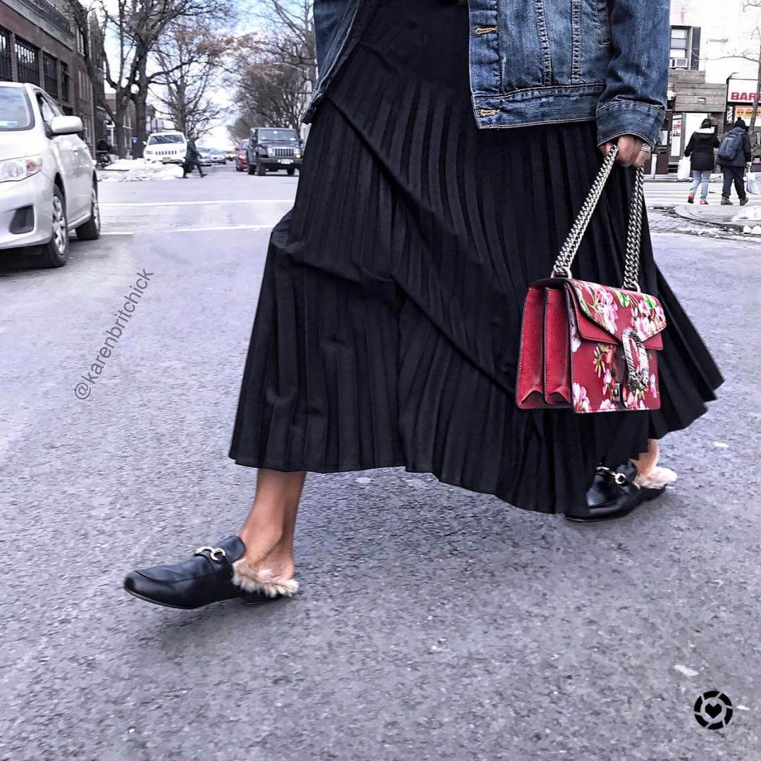 ファーサンダルを履く女性