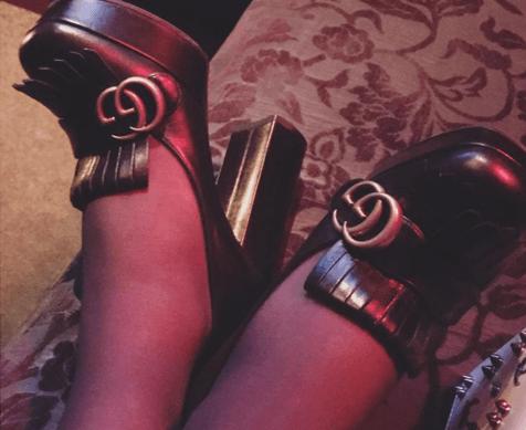 黒いローファーを履いた女性