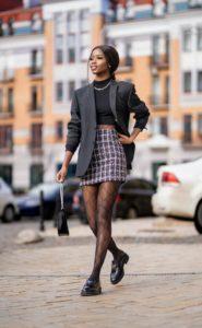 ローファーを履いて歩く女性