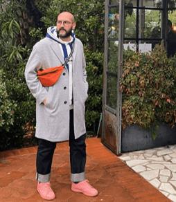 アディダスのスニーカーを履いた男性